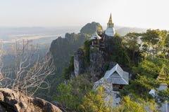 Tempel op bergbovenkant in Azië Stock Fotografie