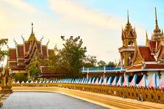 Tempel op de berg van Khao Takeab in Thailand Boeddhistische Pagode, Wat Plai Laem Toneeloriëntatiepunt royalty-vrije stock foto