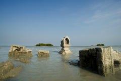 Tempel op de kust die weg is geërodeerd stock foto's