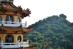 Tempel på det Lianchihtan Lotus dammet i Kaohsiung, Taiwan arkivbild