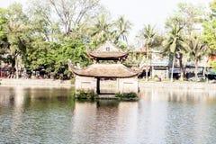Tempel på en sjö Arkivbild