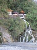 Tempel på klippan i Taiwan Royaltyfria Bilder