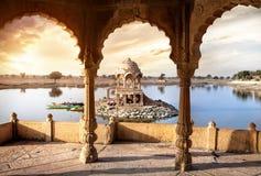 Tempel på vattnet i Indien Royaltyfria Bilder