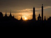 Tempel silhouete gegen den Himmel auf einem Sonnenuntergang, wat phra kaew, Verbot Stockfotos