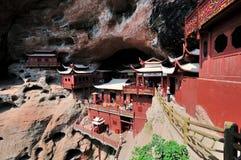 Tempel som byggs på klippan, i Fujian, söder av Kina Royaltyfria Bilder