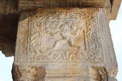 Tempel-Stein-Säulen-Schnitzen Hampi Vittala des Hanuman-Affegottes, der die enormen oder enormen Felsen oder die Flusssteine anhe Stockfoto