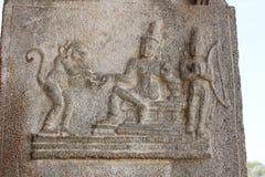 Tempel-Stein-Säulen-Schnitzen Hampi Vittala von Raama-Menschen, von Lakshman-Menschen und von Hanuman der Affegott, der den Ring  Lizenzfreie Stockfotos