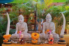 Tempel in Thailand dort ist ein schöner Buddha Antikes Holzschnitzen Wat Thai Samakkhi, Mae Sot District, Tak Province lizenzfreie stockbilder