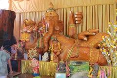 Tempel in Thailand dort ist ein schöner Buddha Antikes Holzschnitzen Wat Thai Samakkhi, Mae Sot District, Tak Province stockfotografie