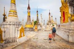 Tempel Thaung Tho auf Inle See myanmar lizenzfreies stockbild