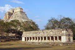Tempel und Pyramide Lizenzfreies Stockbild