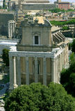 Tempel van Antoninus en Faustina, Roman Forum Mooie oude vensters in Rome (Italië) royalty-vrije stock foto