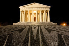 Tempel van Canova nachtmening Roman kolommen stock foto