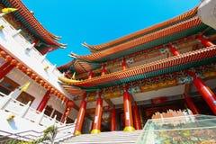 Tempel van China en vele mensen baden de god in de plaats De plaats voor verjaardag in Chinese nieuwe jarendag Stock Foto's