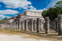 Tempel van de Strijders en Tempel van de duizend kolommen bij de archeologische plaats Chichen Itza, Mexi stock foto's