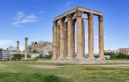 Tempel van Olympian Zeus, Akropolis op achtergrond, Athene, Griekenland Royalty-vrije Stock Foto's