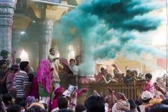 Tempel van Shri Dwarkadhish van het Holi de Indische Hindoese Festival, Mathura India - 27 Maart 2013 - Mensen die holi binnen tem Royalty-vrije Stock Foto's