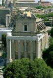 Tempel von Antoninus und von Faustina, Roman Forum Schöne alte Fenster in Rom (Italien) Lizenzfreies Stockfoto