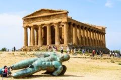 Tempel von Concordia mit gefallenem Ikarus Stockbild