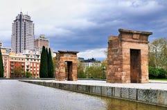 Tempel von Debod und Skyline von Madrid Stockfotos