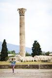 Tempel von olympischem Zeus, Ruinen des alten Tempels von olympischem Zeus in der Mitte von Athen, Griechenland Ein Tourist geht  Stockfotos