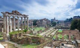 Tempel von Saturn und von Forum Romanum in Rom Stockfotografie