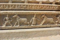 Tempel-Wandschnitzen Hampi Vittala von den Menschen, die verzierte Pferde für den Handel nehmen Stockfoto