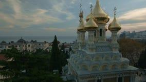 Tempel in Yalta bij zonsondergang stock footage