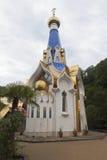 Tempel zu Ehren der Ikone unserer Dame des weiblichen Klosters Semistrelnaya-Dreiheit-Georgievsky im Dorf Lesnoye, Adler-Bezirk, Stockfoto