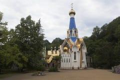 Tempel zu Ehren der Ikone unserer Dame von Semistrelnaya im weiblichen Kloster der Dreiheit-Georgievsky im Dorf Lesnoye Stockbild