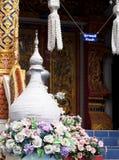 Tempelbeståndsdelblickar som liten pagod eller stupa dekorerade med blommor Arkivbilder