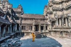 Tempelborggård Angkor Wat Cambodia för buddistisk munk Fotografering för Bildbyråer