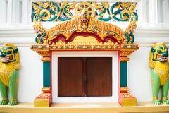 Tempeleingang und Singha-Statue im Tempel, Thailand Stockbild