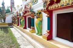 Tempeleingang und Singha-Statue im Tempel, Thailand Stockfotografie