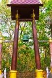 Sätta en klocka på i det thai tempelet. Royaltyfria Bilder