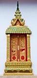 Tempelfönster med den thailändska linjen Arkivfoto