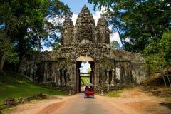 Tempelingång med väggen royaltyfria foton