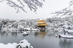 TempelKinkakuji guld- paviljong med snönedgången arkivfoton