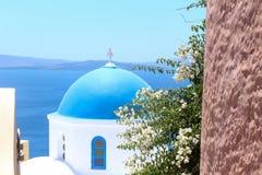 Tempelkoepel in het dorp Oya op het eiland Santorini Stock Foto's