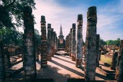 Tempelkomplex i Sukhothai, Thailand Härligt historiskt parkerar i mitt av Thailand royaltyfri bild