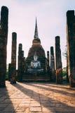 Tempelkomplex i Sukhothai, Thailand Härligt historiskt parkerar i mitt av Thailand Sittande staty som är främst av pagoden royaltyfri foto