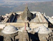 Tempelkomplex på den heliga Girnar överkanten i Gujarat royaltyfri foto