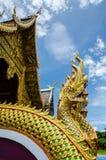 Tempelkyrka med nagastutue i Thailand Arkivbild