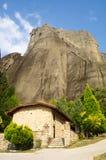 Tempelmunkar, enslingar på foten av Meteora i Grekland Royaltyfria Bilder