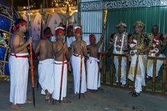 Tempelpräster och deras deltagare före starten av Esalaen Perahera i Kandy, Sri Lanka Royaltyfri Bild