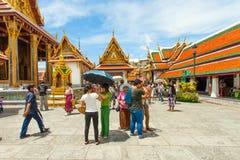 Tempels en toeristen bij het Grote Paleis van Bangkok Royalty-vrije Stock Foto's