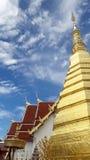 Tempeltak och guld- pagod i Thailand WatPradhatchohar Arkivbilder