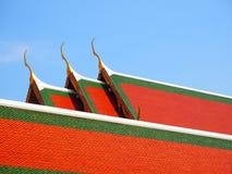 Tempeltak och klar himmel Fotografering för Bildbyråer