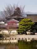 Tempeltak och trädgårds- damm Royaltyfria Foton