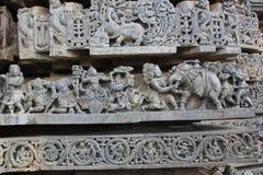 Tempelvägg som snider visa stridplats från Mahabharata indisk hinduisk epos Royaltyfri Fotografi